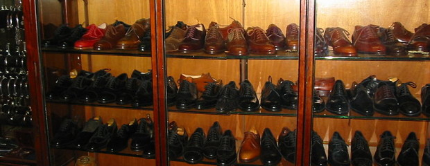 Display_of_mens_shoes_at_John_Lobb_bespoke_shoe_and_bootmaker_88_Jermyn_Street_London-620x240.jpg